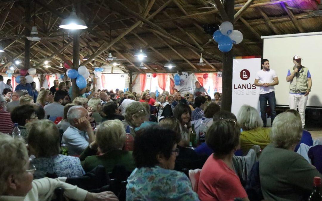 Lanús: Grindetti almorzó con cientos de jubilados