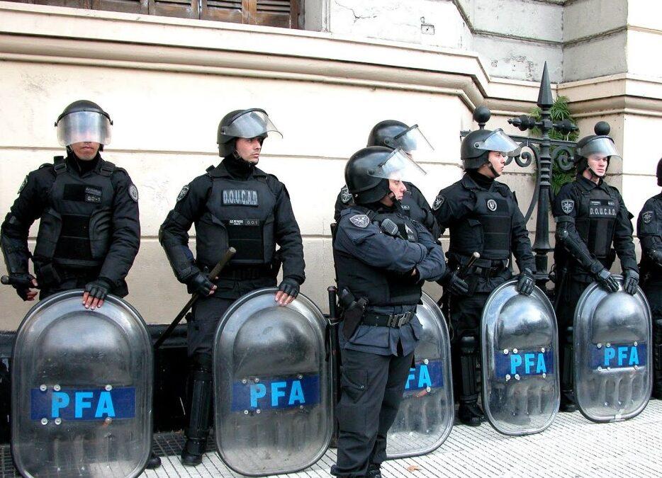 ¿Cómo funciona el programa para controlar el uso de armas de fuego de los efectivos policiales?