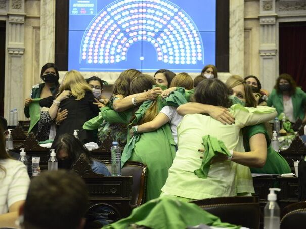 """Diputados le dio media sanción al proyecto de aborto legal y al de los """"mil días"""""""